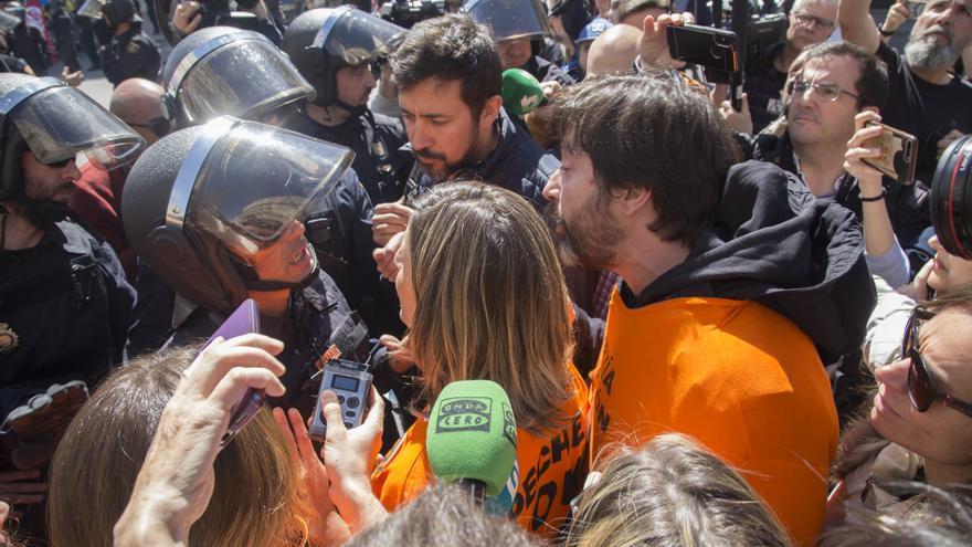 Los diputados Yolanda Díaz, Rafael Mayoral y Antón Gómez-Reino se encaran a agentes de la policía durante la protesta, el pasado mes de marzo.