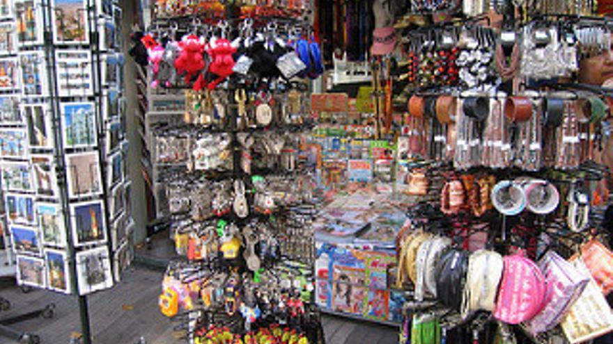 Un quiosco donde se venden souvenirs.