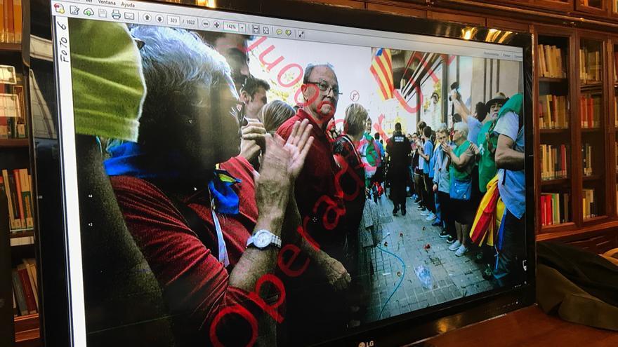 Fotografía aportada por la defensa de Jordi Sànchez en la que se ve el pasillo formado por los voluntarios de la ANC ante la Conselleria de Economia.