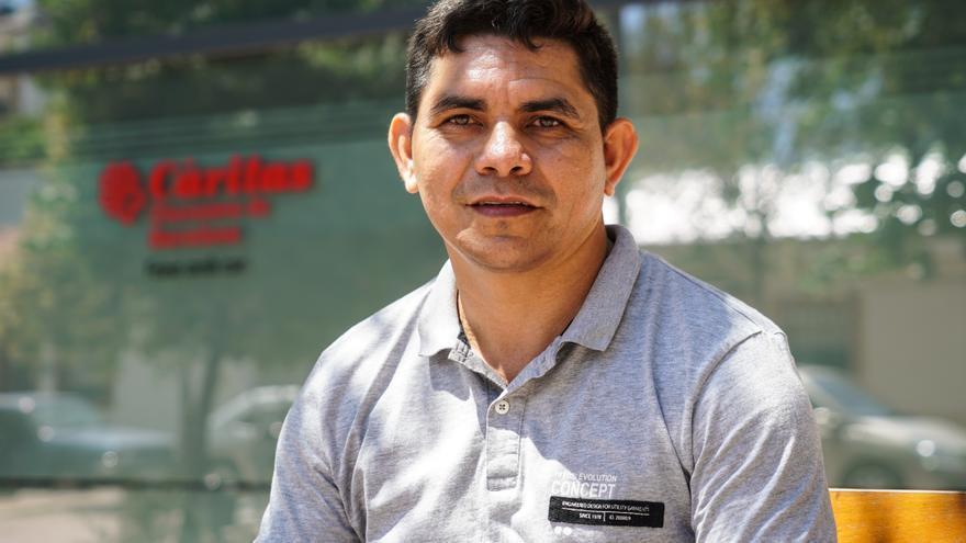 Luis Antonio Andrade, trabajador precario que se dedica a cargar maletas en el puerto