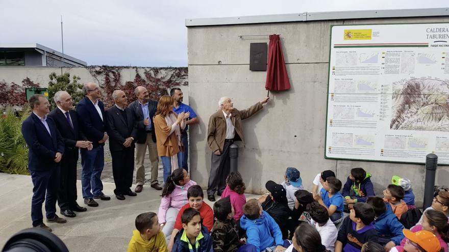 Momento en que Marco descubre la placa conmemorativa del centenario la Red de Parques Nacionales en el Centro de Visitantes e Interpretación de La Caldera de Taburiente.