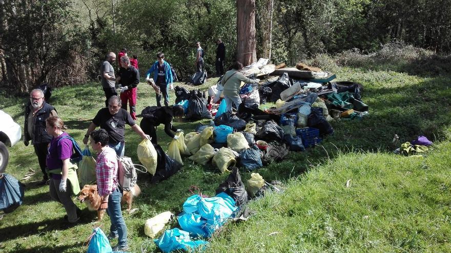 Vecinos retiran seis toneladas de basura de los ríos de Abanto-Zierbena