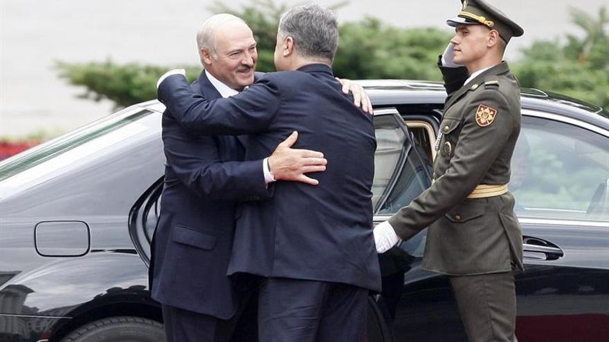 Poroshenko exigirá más sanciones contra Moscú si no cesa el fuego en Ucrania