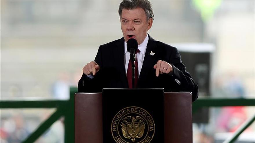 Santos dice que no habrá persecución a civiles forzados a actuar en el conflicto