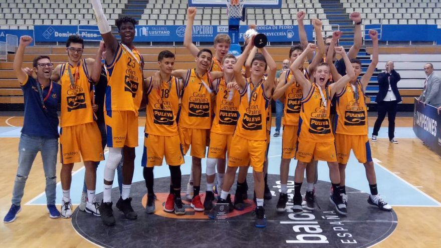 El equipo claretiano celebra la segunda plaza en el Nacional Infantil