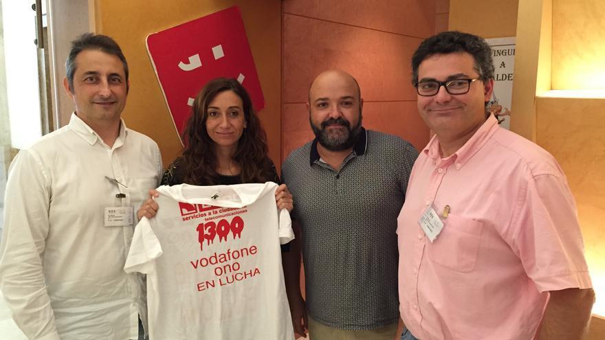 Isaura Navarro, diputada de Compromís, con miembros del Comité de Empresa de Vodafone-Ono