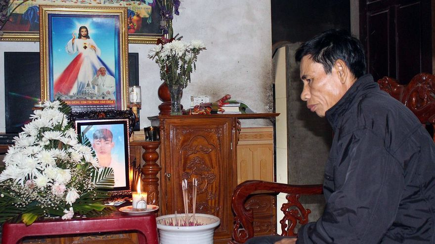 Nguyen Dinh Gia, padre de Nguyen Dinh Luong, quien se cree que es uno de los 39 cuerpos encontrados en un camión en Essex, sentado junto a un altar con la fotografía de su hijo en casa, en la provincia de Ha Tinh, Vietnam