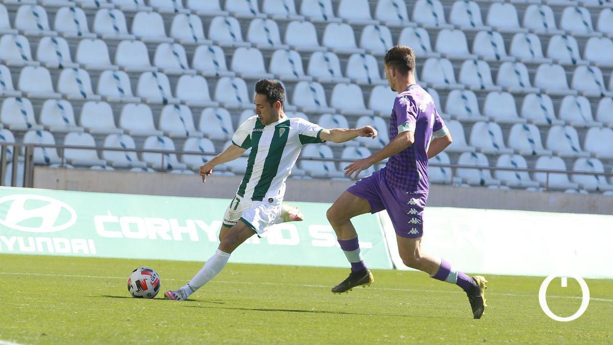 Carlos Valverde, ante el Betis Deportivo en El Arcángel.