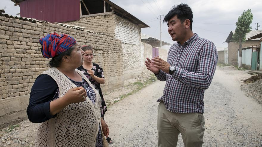 Azizbek Ashurov ofrece asesoramiento jurídico a un miembro de la comunidad de Lyuli en Osh.