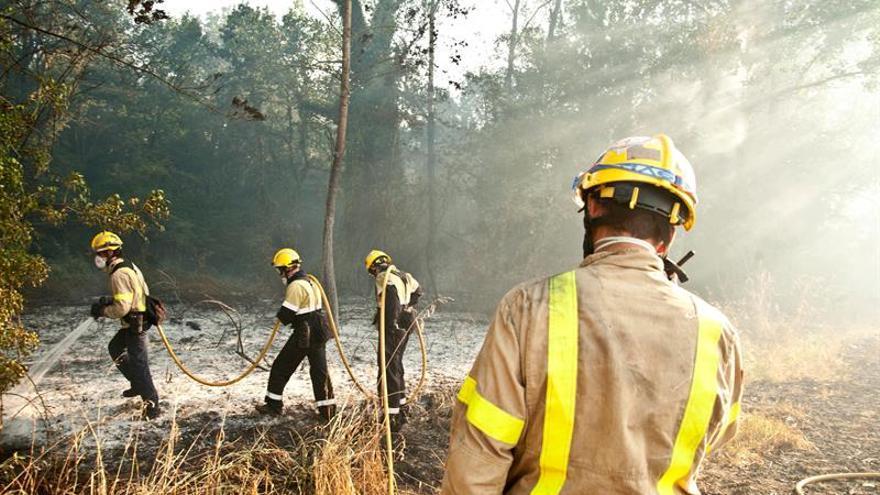 Evacuadas 4 urbanizaciones por un incendio en Blanes, que afecta a 30 hectáreas