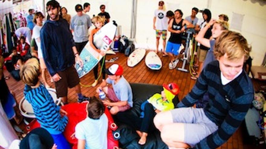 Imagen de la reunión entre jueces y participantes.