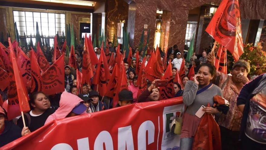 Campesinos mexicanos irrumpen en Bellas Artes por polémico cuadro de Zapata