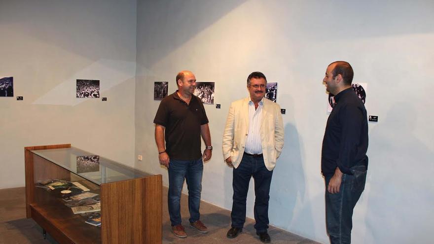 El consejero del Cultura del Cabildo, Primitivo Jerónimo (centro), con dos miembros de la Rondalla 'Lo Divino' de San Francisco de Asís, en la Casa Principal de Salazar.
