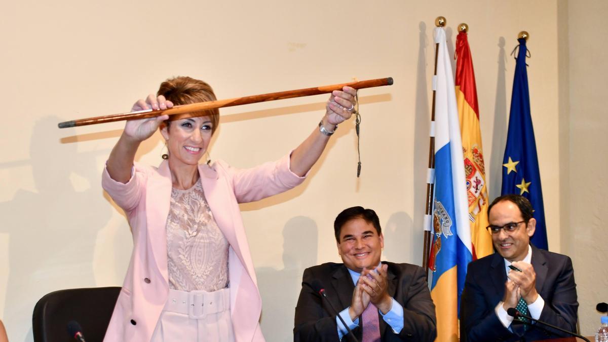 Onalia Bueno con el bastón de mando municipal.