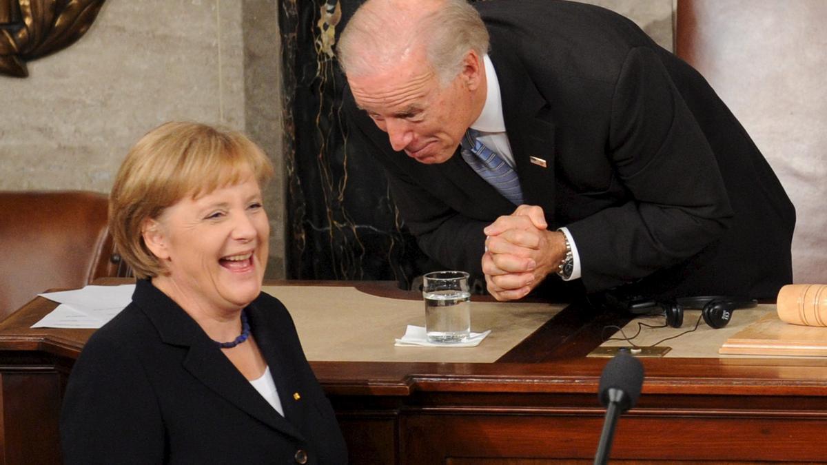 La canciller alemana, Angela Merkel, y el entonces vicepresidente de Estados Unidos, Joe Biden, en el Congreso de Estados Unidos, el 3 de noviembre de 2009.