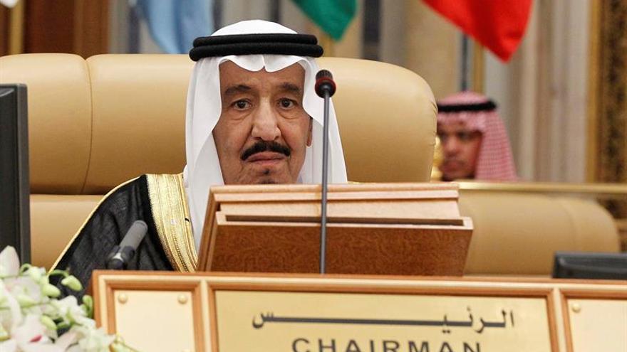 El rey saudí, Salman bin Abdelaziz, asiste a la IV Cumbre de jefes de Estado y de Gobierno de América del Sur y Países Árabes (ASPA) celebrada en Riad, Arabia Saudí.