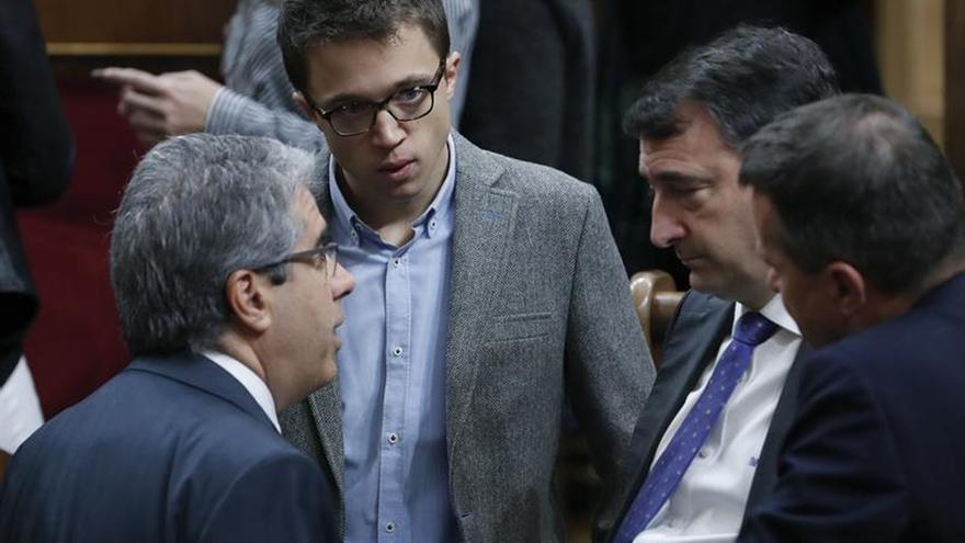 Diputados de Podemos,PNV y PdeCat no aplauden al Rey a su entrada al Congreso