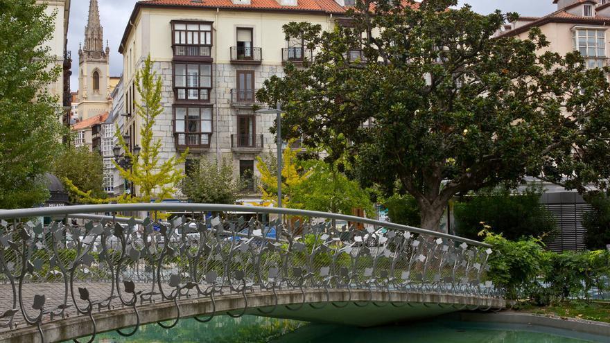 Casas con balconeras desde los Jardines de Pereda.