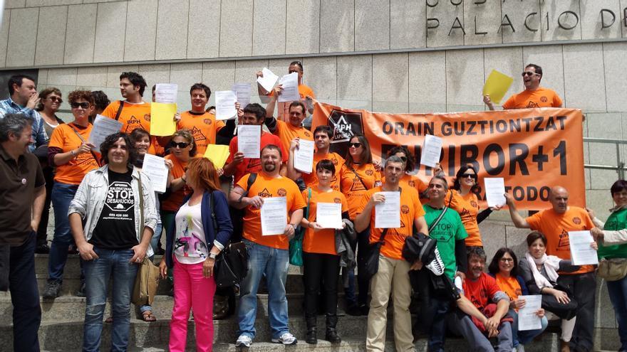 Afectados por el IRPH guipuzcoanos interponen demandas contra Kutxabank en el Juzgado de San Sebastián
