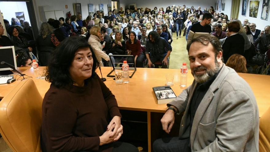Almudena Grandes y Javier Mateo en la Biblioteca de Castilla-La Mancha, ubicada en el Alcázar de Toledo