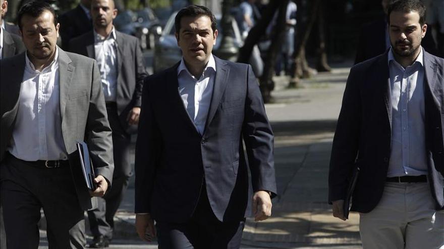 Tsipras habla con Hollande con vistas a la reunión del presidente galo con Merkel
