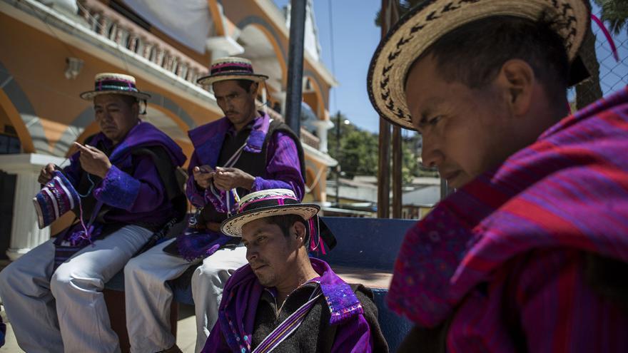 Los guardabosques de San Juan Atitán pasan el día tejiendo bolsos en el parque central del pueblo