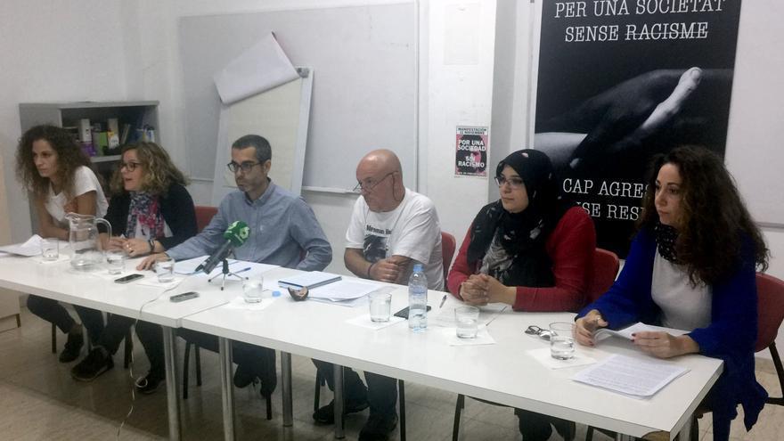 Carla Reig (Movimiento contra la Intolerancia), Gemma Miñarro (Cepaim), Albert Mora (Universitat de València), Paco Simón (València Acull), Manian Barouni (Cear / Centro Cultural Islámico) y Aurora Santiago (Secretariado Gitano) durante la rueda de prensa
