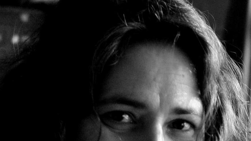"""Belén Reyes da una bofetada poética a la vida en """"La muerte es ilegal"""""""