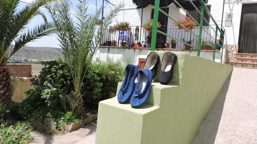 Zapatillas al sol en plena calle, símbolo de la tranquilidad con la que vive Chalamera.