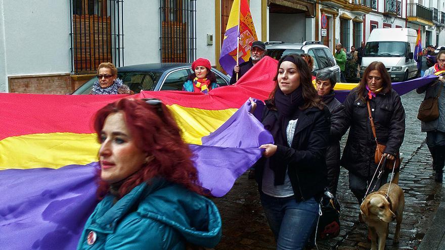 Susana Falcón (segunda por la derecha) en el entierro de las '17 rosas de Guillena', en diciembre de 2012. | JUAN MIGUEL BAQUERO
