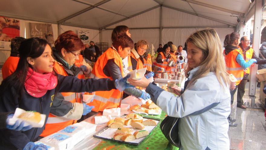 Cientos de personas hacen cola en Bilbao para degustar una ración del 'Roscón Solidario' con chocolate a un euro