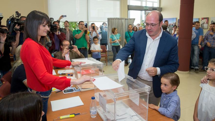 Pedro Antonio Sánchez (PP), votando en la jornada del 24-M