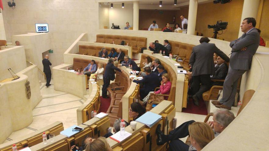 El Pleno se reanudó con 40 minutos de retraso hasta que los portavoces acordaron la forma de votar las resoluciones. | RV