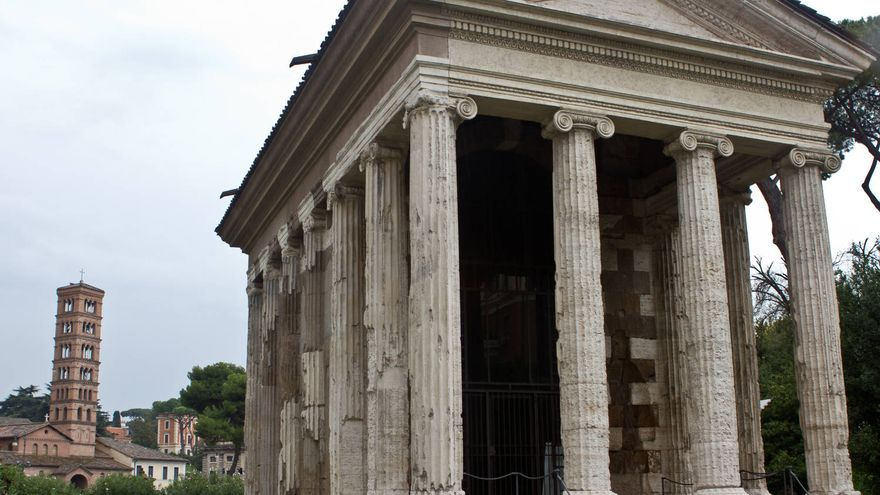 En primer término el Templo de Portuno y al fondo la torre de Santa Maria in Cosmedin, en Roma.
