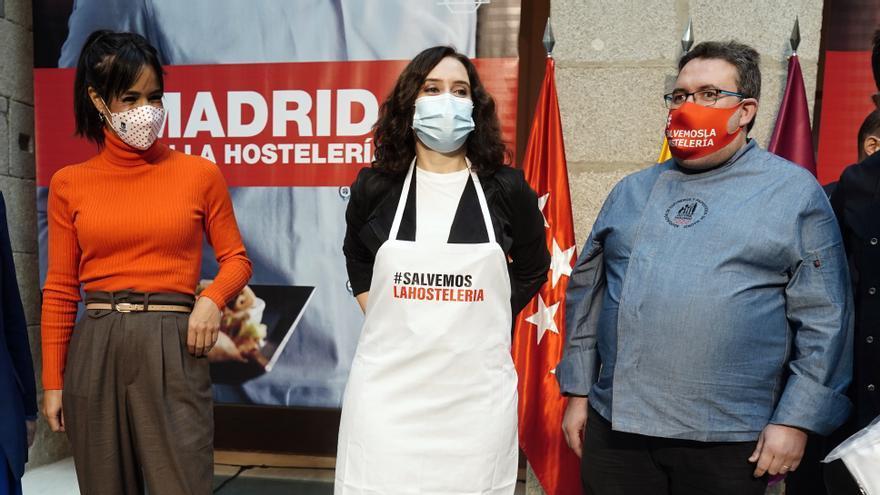 Díaz Ayuso, en el centro, durante un acto en apoyo de la hostelería