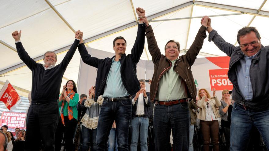 Pedro Sánchez, junto con Ibarra y Vara, en el acto del Día de la Rosa de Casar de Cáceres / PSOE