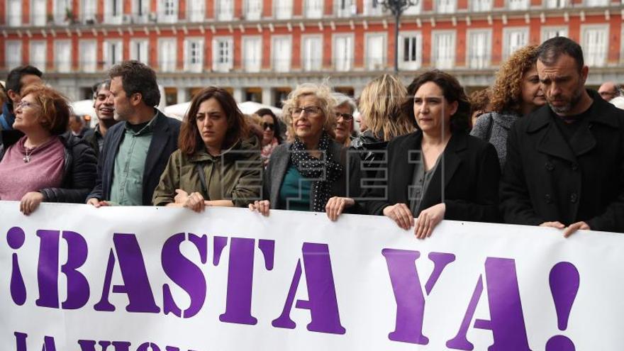 Carmena y Colau recuerdan a Dolores, madrileña víctima de la violencia machista