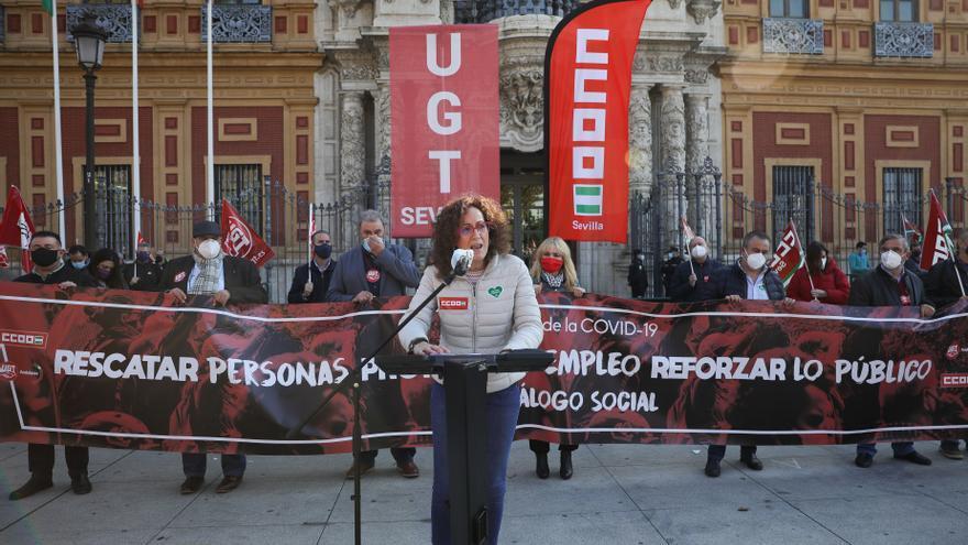 UGT y CCOO se concentran ante la Junta para exigir diálogo social y un plan de choque para trabajadores