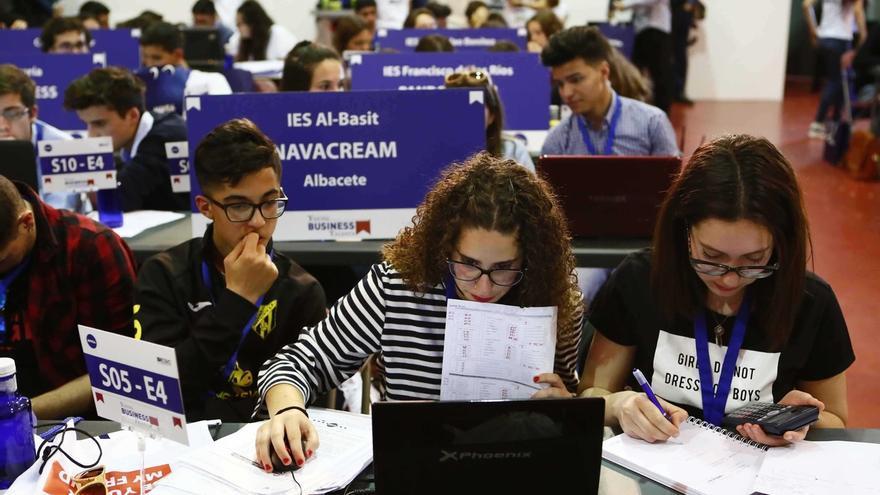 130 estudiantes de Cantabria buscan ser los mejores empresarios virtuales del país