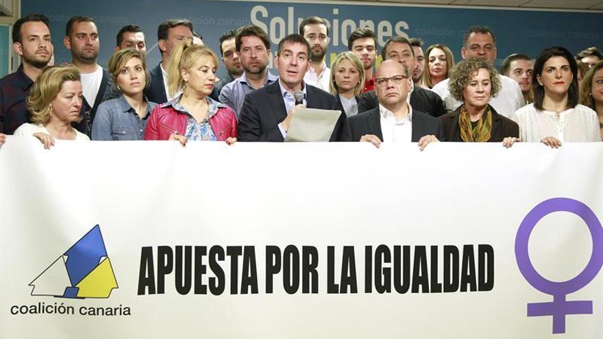 El candidato de CC a la Presidencia del Gobierno de Canarias, Fernando Clavijo (c), ha leído hoy un manifiesto de su partido con motivo del Día Internacional de la Mujer. EFE/Cristóbal García