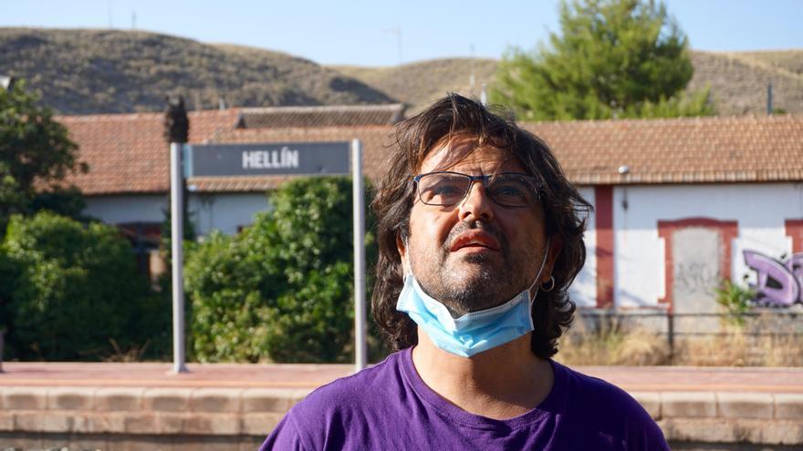 Un vecino de Hellín (Albacete), en la estación de tren de esta localidad.