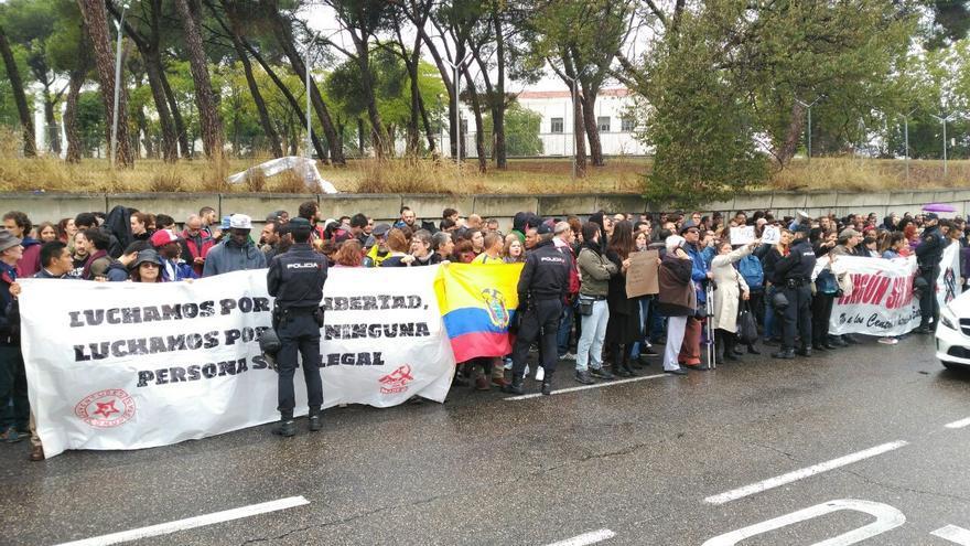Más de 300 se concentran frente al CIE de Aluche. | Foto de Carlos Oviedo