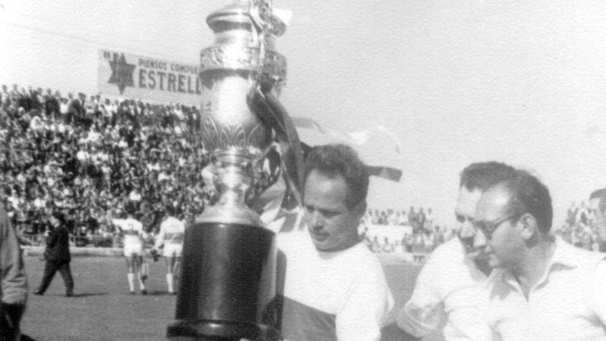 Santiago Villar, levantando la copa de campeones de Segunda de 1961, que le valió al CD Tenerife el ascenso a Primera.