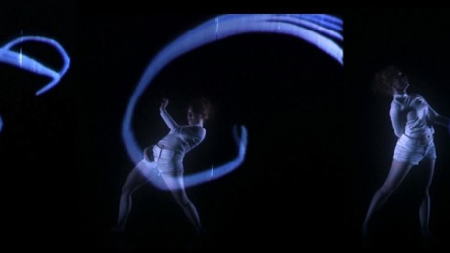 La bailarina Alicia Narejos en el espectáculo 'Neural Narratives' de Instituto Stocos