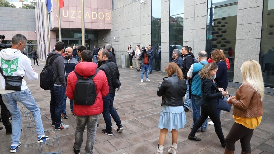 Prensa en los Juzgados de La Laguna esperando que Clavijo salga tras declarar por el caso Grúas