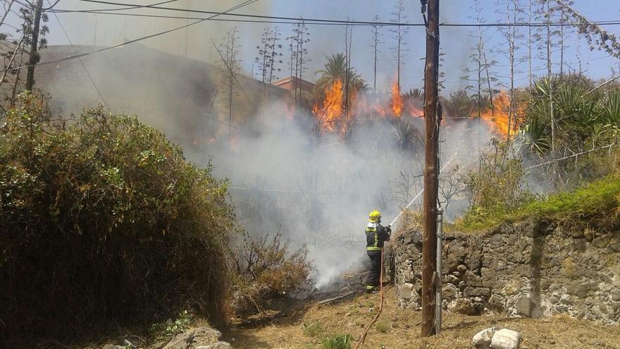 Las llamas, en algunos momentos, alcanzaron intensidad. Foto: SERGIO MATOS
