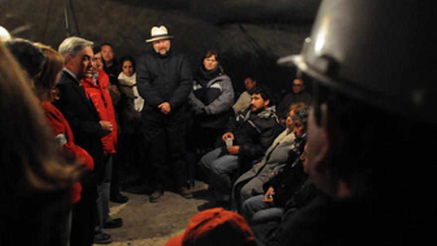 El presidente de Chile, Sebastián Piñera, reunido con los familiares de los mine