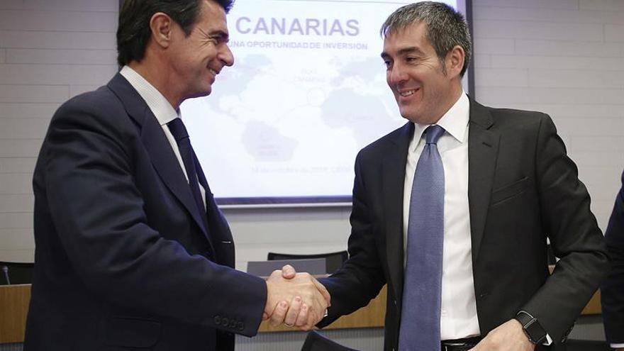 El ministro de Industria, Energía y Turismo, José Manuel Soria (i), saluda al presidente de Canarias, Fernando Clavijo (d). (Efe/Paco Campos).