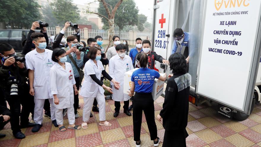 Vietnam comienza la campaña de vacunación tras su éxito contra la pandemia
