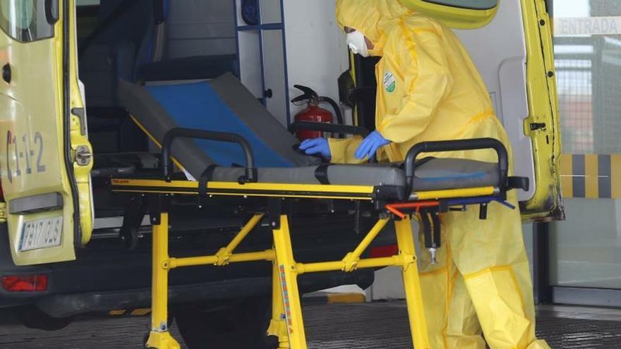 Personal del Servicio Canario de Salud prepara este jueves una ambulancia en la puerta de Urgencias del Hospital Universitario Insular